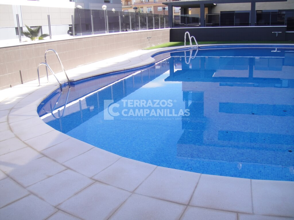 Filos de piscina de piedra artificial en terrazos campanillas - Piedras para piscinas ...